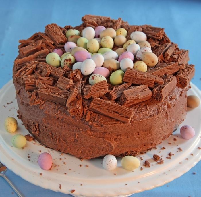 recette facile de gateau au chocolat au lait façon nid de pâques traditionnel garni d'oeufs en chocolat et de copeaux de chocolat