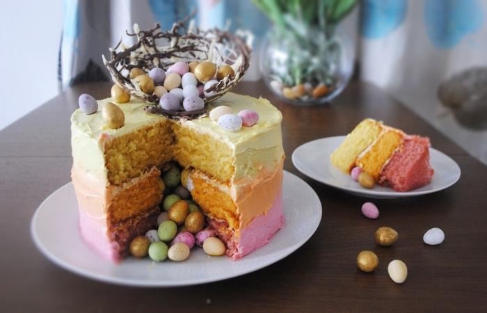 gâteau nid de paques au glaçage dégradé qui cache des oeufs en chocolat à l'intérieur, gâteau avec nid d'oiseau en chocolat blanc et noir