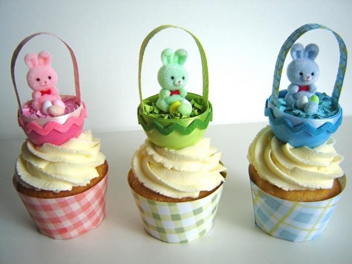 art culinaire facile, décoration de muffin à la vanille avec glaçage et petits paniers de carton avec mini figurine lapin