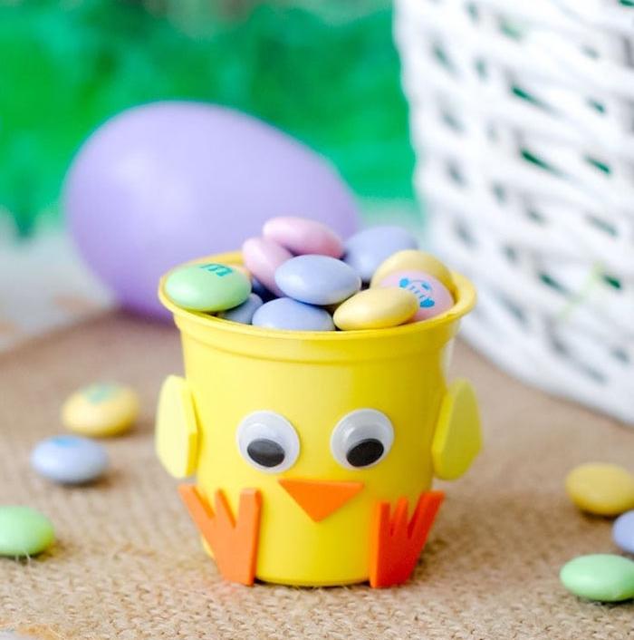 gobelet en plastique jaune décoré aux yeux mobiles, bec et pattes de papier mousse, boite à bonbons colorés