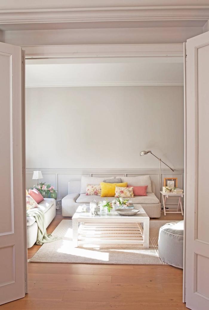 moulure murale peinte de la même couleur gris clair que les murs du salon, déco de salon chaleureuse en blanc et beige aux accents floraux