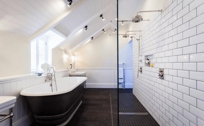 habiller un mur en bois dans la salle de bains, soubassement en lambris blanc qui fait office de crédence baignoire