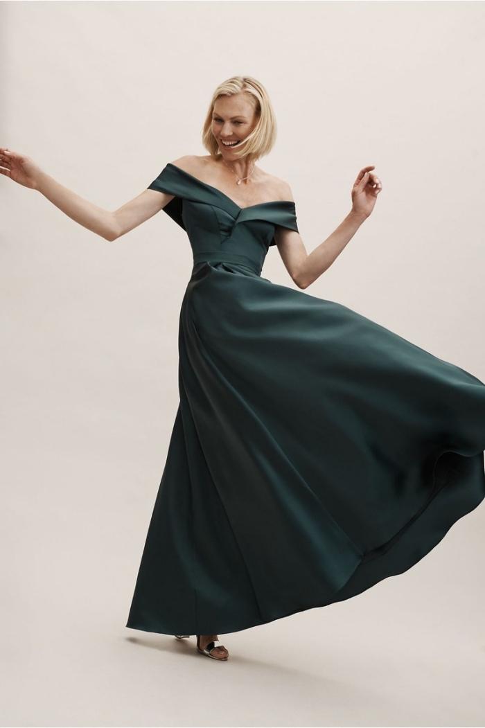 choisir une robe ceremonie femme 50 ans, robe de soirée longue couleur vert foncé à jupe évasée et aux épaules dénudées