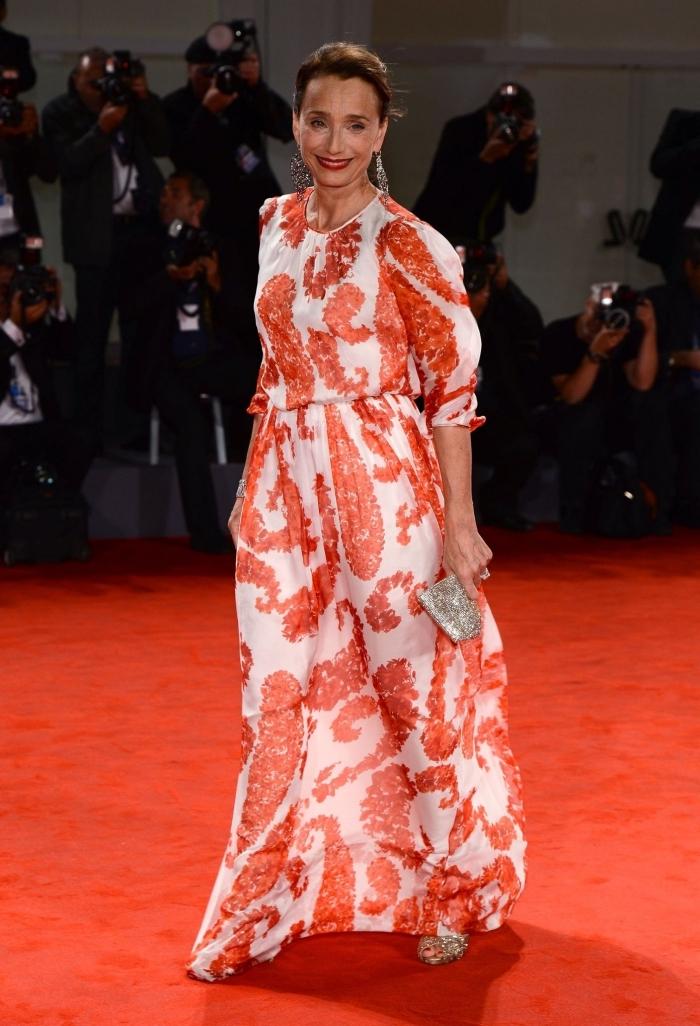 une robe champetre longue et fluide aux manches trois quarts et aux imprimés oranges, tenue d'invitée de mariage pour femme de 50 ans