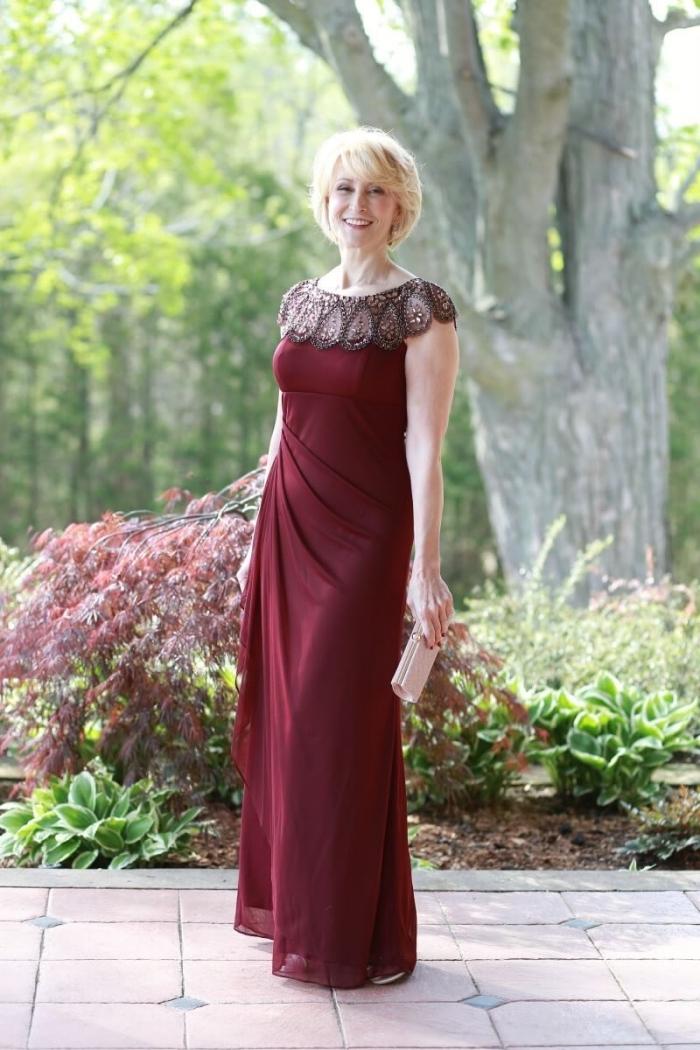 une robe longue élégante de coupe empire avec encolure en dentelle, idée de robe ceremonie femme 50 ans