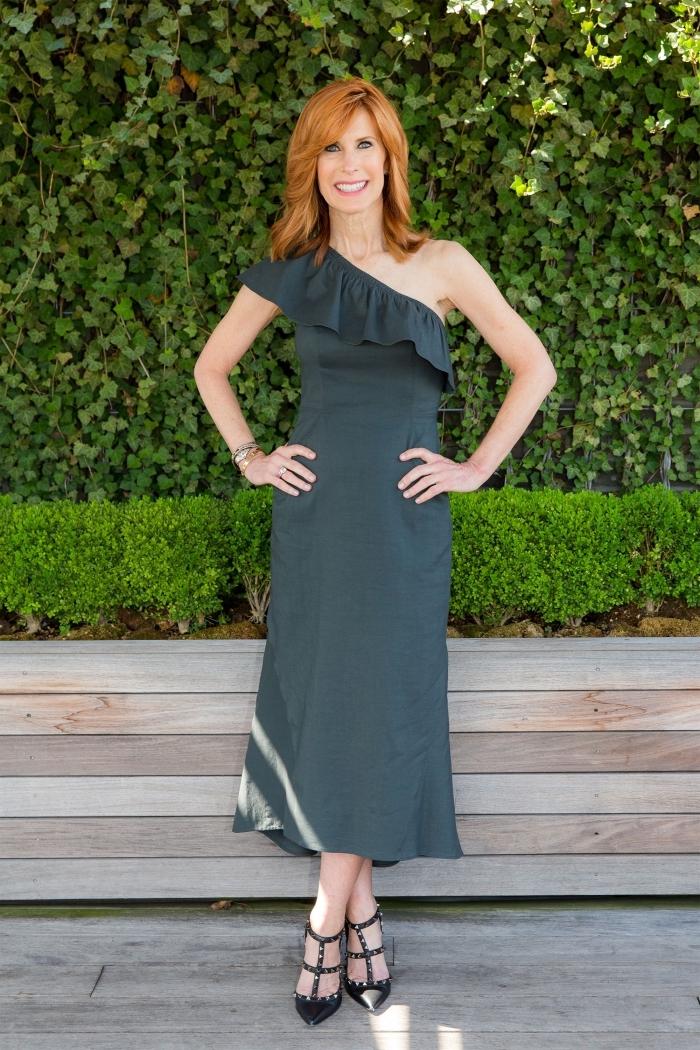 une robe droite chic longueur midi avec encolure asymétrique idéale pour une tenue d'invitée de mariage semi-officielle