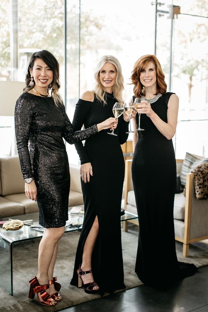 trois modèles de robe de soirée cérémonie officielle, des robes longues noires et une petite robe métalliques aux manches longues