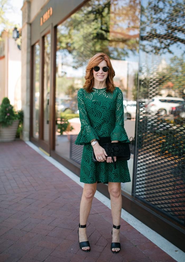 robe de cocktail pour mariage chic, modèle de robe courte en dentelle aux manches trois quarts évasées d'une jolie couleur vert sapin