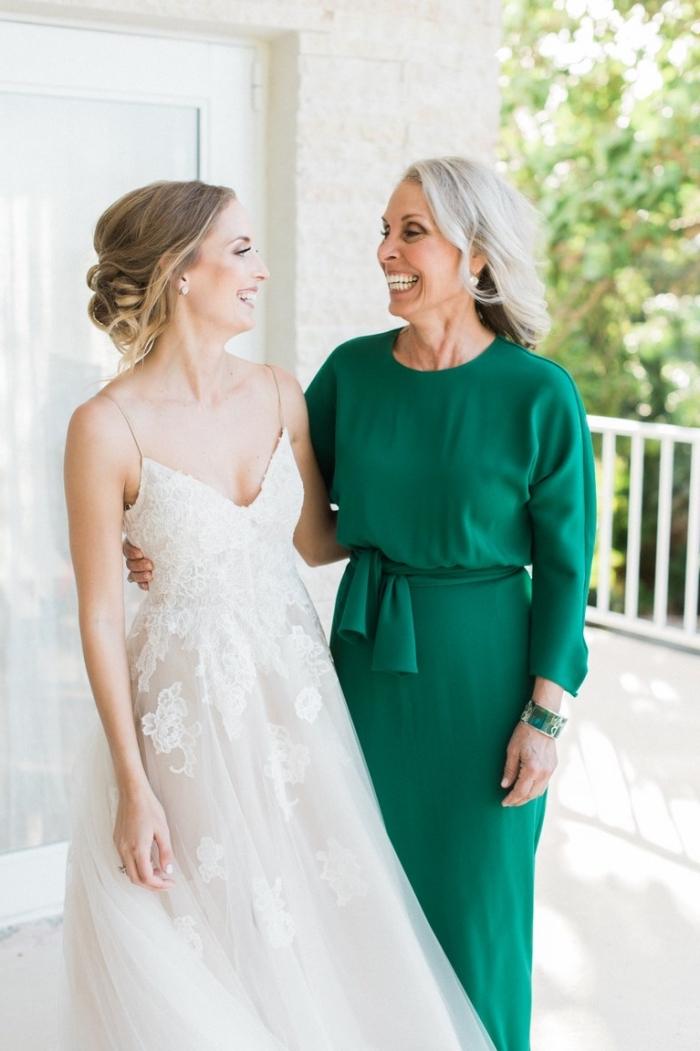 jolie robe de soirée manche longue de couleur vert foncé avec une petite ceinture marquant la taille, robe tendance pour la mère de la mariée