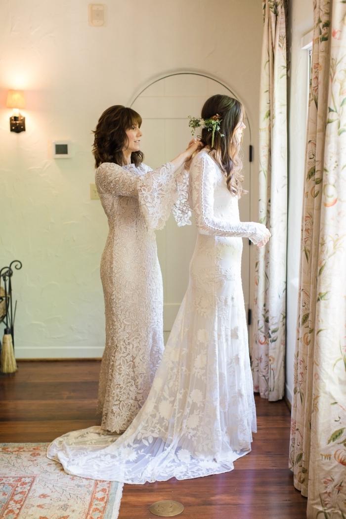 modèle de robe mere de la mariée longue en dentelle aux manches longues évasées qui s'assortit avec la robe bohème chic de la mariée