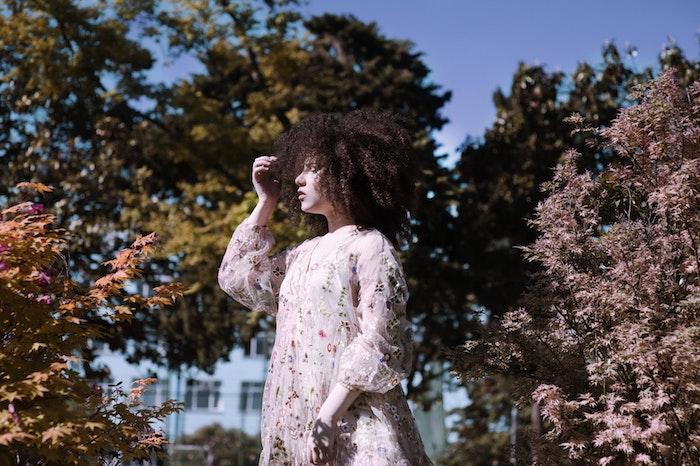 Robe courte manche longue, robe fleurie, femme cheveux crépus, idée robe boheme, belle robe hippie chic, le style à choisir