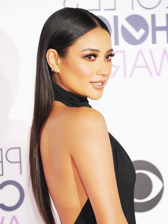 meilleur lissage bresilien, coiffure célébrité aux cheveux épais de Shay Mitchell, modèle de robe noire élégante