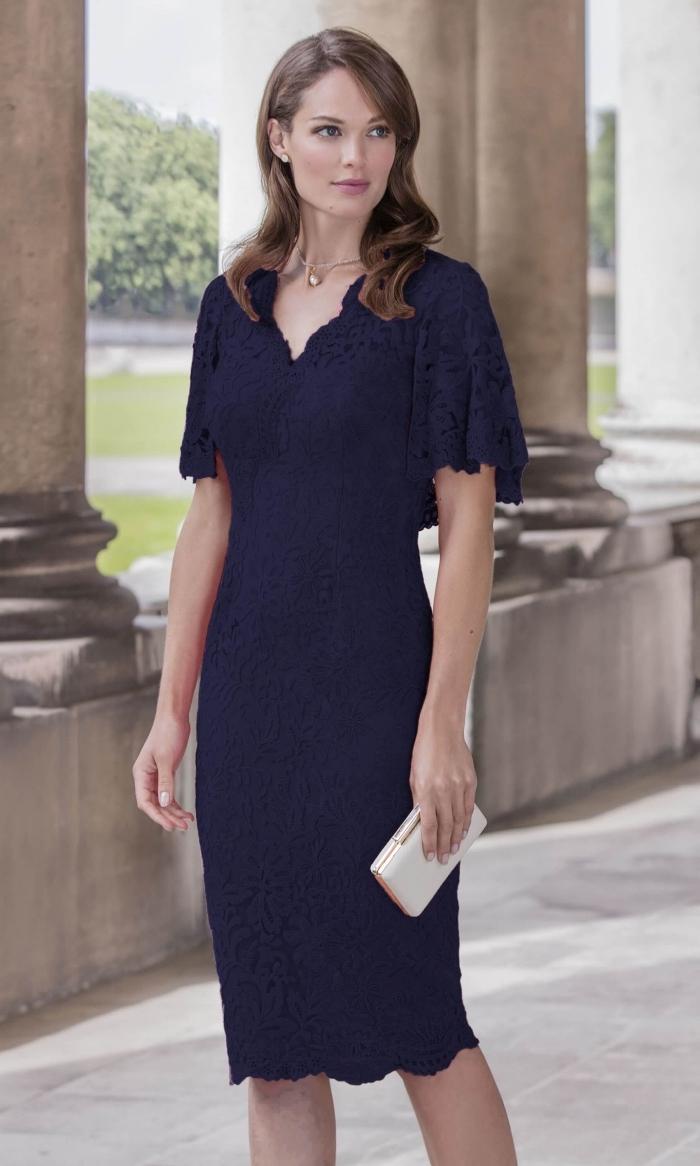 robe temoin de mariage bleu marine de coupe droite, aux motifs en dentelle et aux manches courtes tombantes