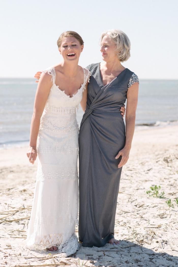 robe de soirée longue gris foncé de coupe portefeuille avec de petites manches ornées de sequins, tenue élégante pour la mère de la mariée