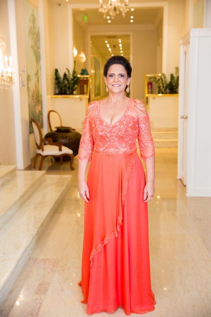 robe mere de la mariee élégante et chic, robe longue couleur corail avec haut en dentelle aux épaules dénudées