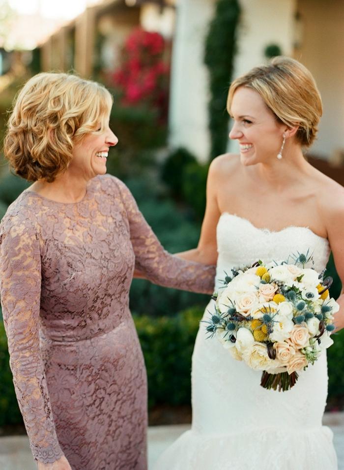 une robe en dentelle rose cendré longue et élégante, modèle de robe mère mariée en dentelle près du corps