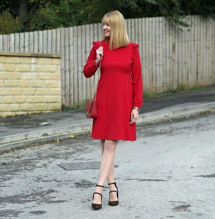 robe temoin de mariage pour femme de 50 ans, modèle élégant de robe courte rouge à manches longues et à petits volants aux épaules