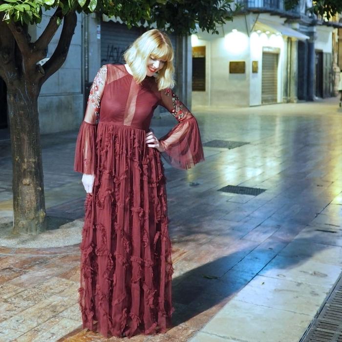 robe de soirée manche longue de fantaisie couleur bordeaux avec broderies florales et jupe fluide plissée