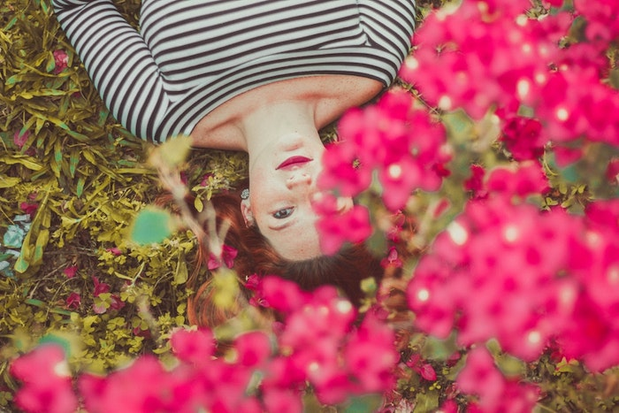 image printemps paysage fleurie fond d'écran, image printemps paysage avec fille qui s'est plongé sur la terre fond d'écran
