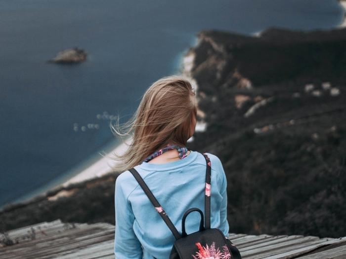 exemple balayage naturel avec mèches blond cendré sur cheveux de base châtain clair, comment lisser ses cheveux