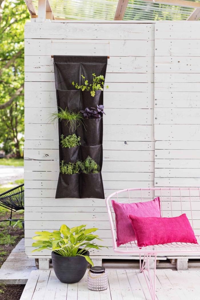 créer un potager suspendu avec un sac plantation de poches accroché au mur de la véranda, idées déco pour une véranda en bois
