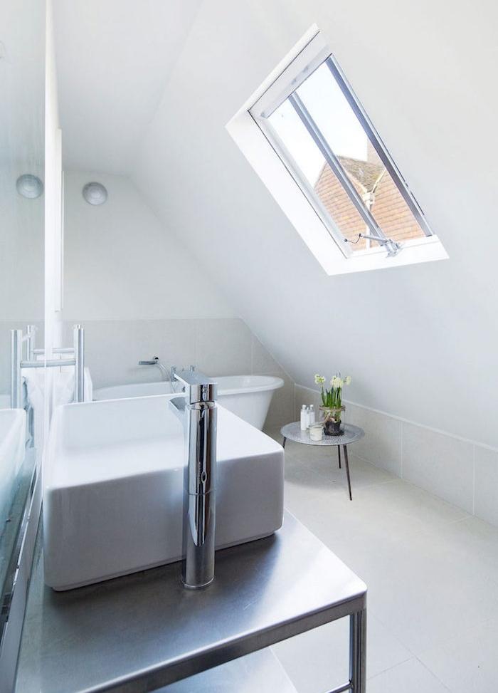 style simple salle de bain gris clair et blanc avec baignoire et meuble salle de bain gris avec vasque à poser blanche