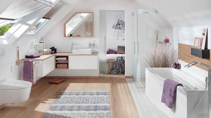 parquet salle de bain agencement salle de bain à côté d une chambre, douche, baignoire et wc suspendu, meuble d angle salle de bain, éléments déco mauve