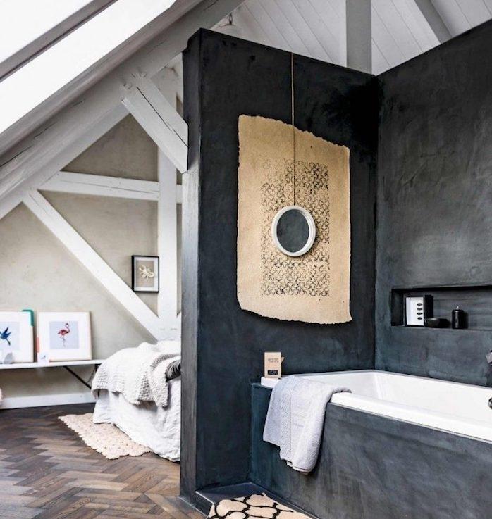 chambre avec salle de bain baignoire encastrée murs gris foncé avec niche murale, chambre mansardée à ossature apparente