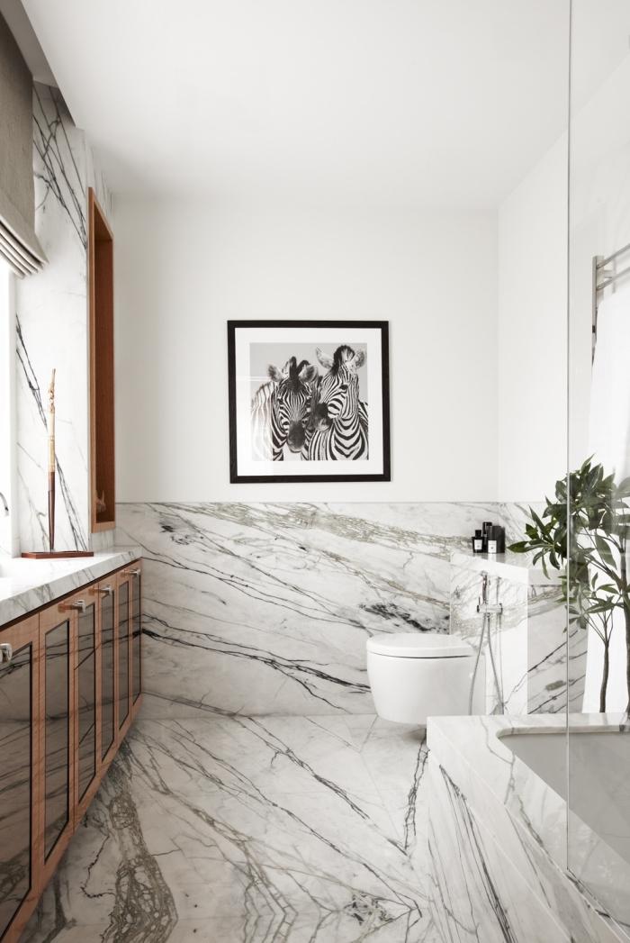 comment aménager une salle de bain blanche avec carreaux marbre, idée déco avec photo blanc et noir et fleurs