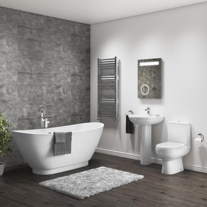 idée comment rénover une salle de bain blanche avec pan de mur en carreaux gris béton, modèle sèche-serviettes en métal