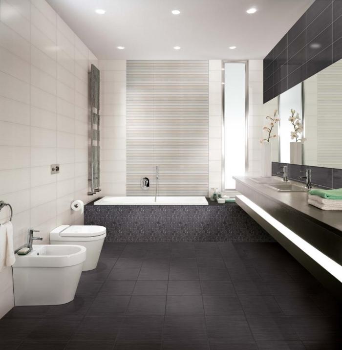 idée décoration salle de bain aux murs blancs avec plancher gris foncé, astuce comment agrandir petit espace avec miroirs