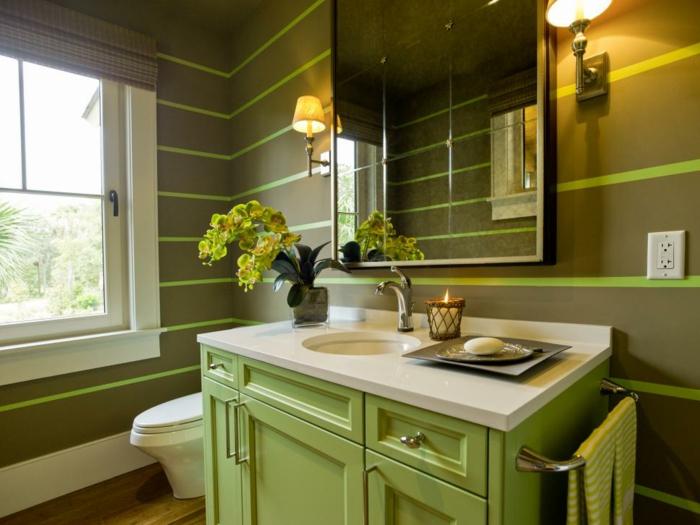 décoration de toilettes verte, vasque sous comptoir ronde, meuble vasque vert, deux appliques, miroir, fenêtre blanche