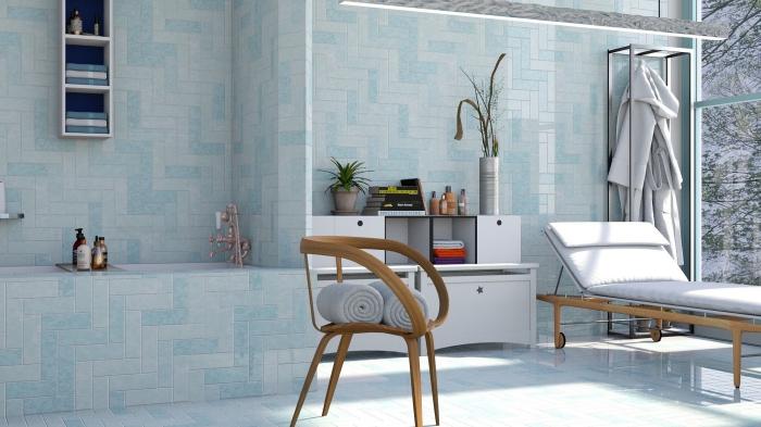 une salle de bains spacieuse d'ambiance apaisante avec un revêtement mural de carrelage en grès cérame dans les tons bleu clair, un motif de pose original avec des carreaux horizontaux et verticaux