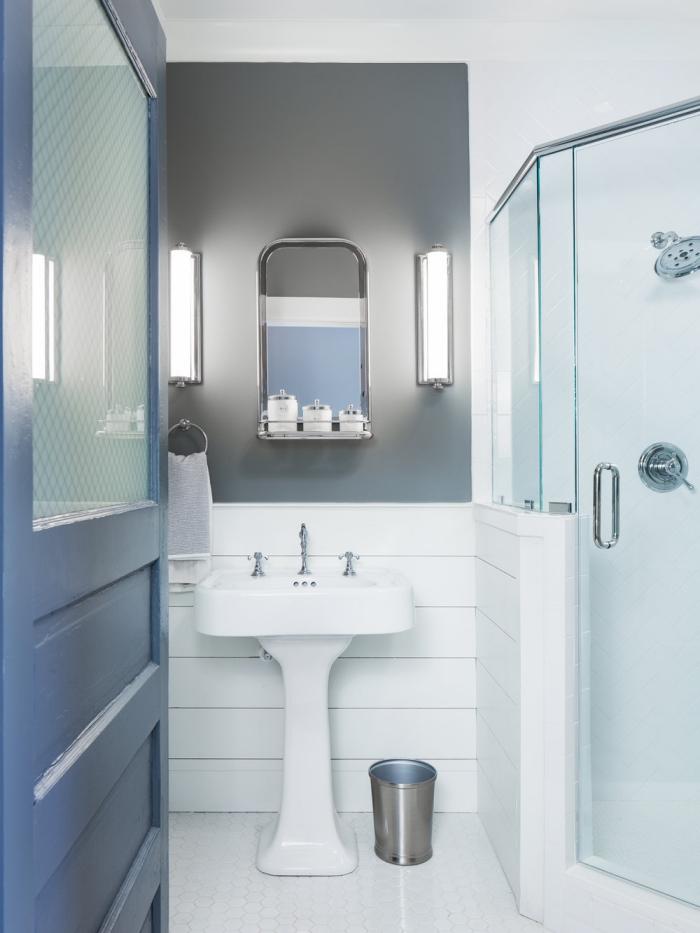 du lambris blanc posé en bas du mur pour délimiter l'espace lavabo dans la salle de bains, dans quelle couleur peindre du lambris pour en faire un accent déco