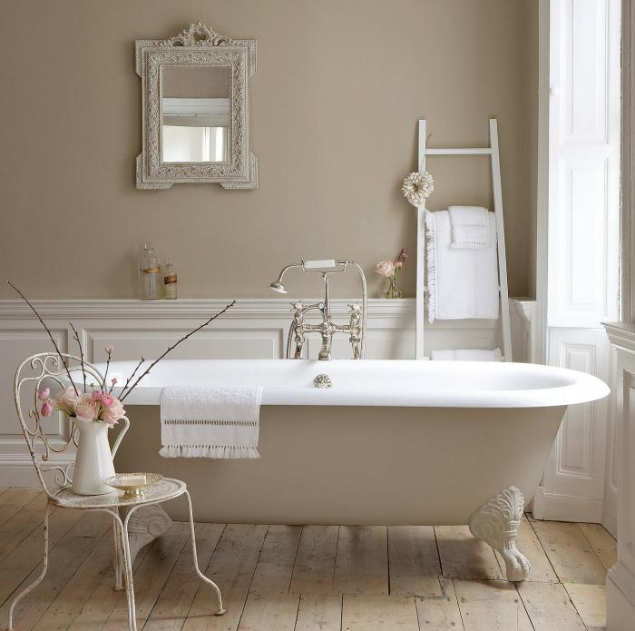 salle de bains avec un soubassement en boiserie murale pour une déco en gris clair