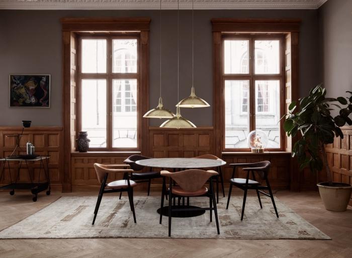 salon de style haussmannien en couleur taupe avec soubassement en bois d'aspect authentique composé de panneaux caissons en bois