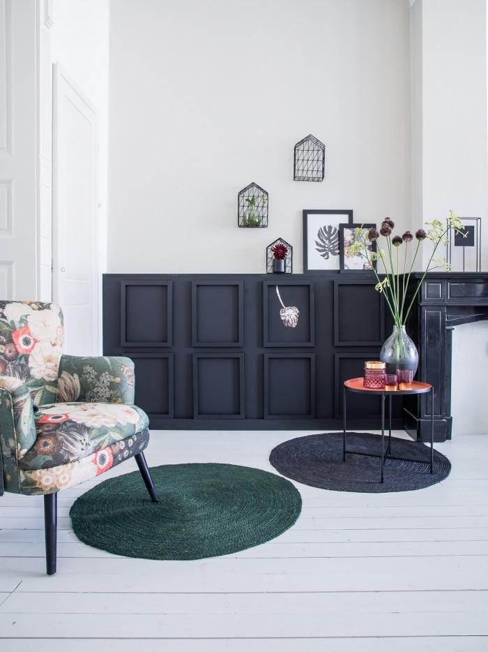 le mur bicolore de ce salon vintage scandinave combine harmonieusement un soubassement en caissons bois noir et le mur blanc