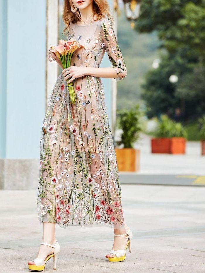 Fleurie robe longue ete, robe boheme longue, tenue de jour été femme romantique, chaussures à talon haut, bouquet de fleurs
