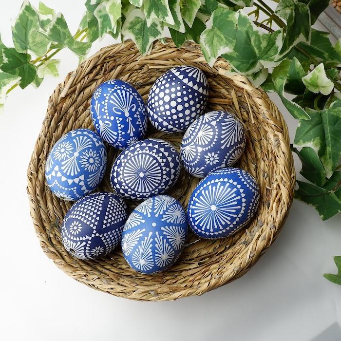 Oeufs bleus décorés à motifs, image de paques gratuit, image de pâques photo de printemps, basket d'oeufs de paques