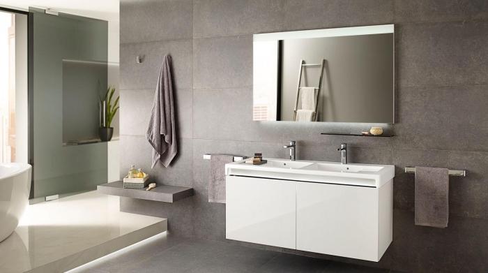 idée carrelage salle de bain de nuance grise, astuce gain place avec rangement ouvert, quelle couleur avec le gris