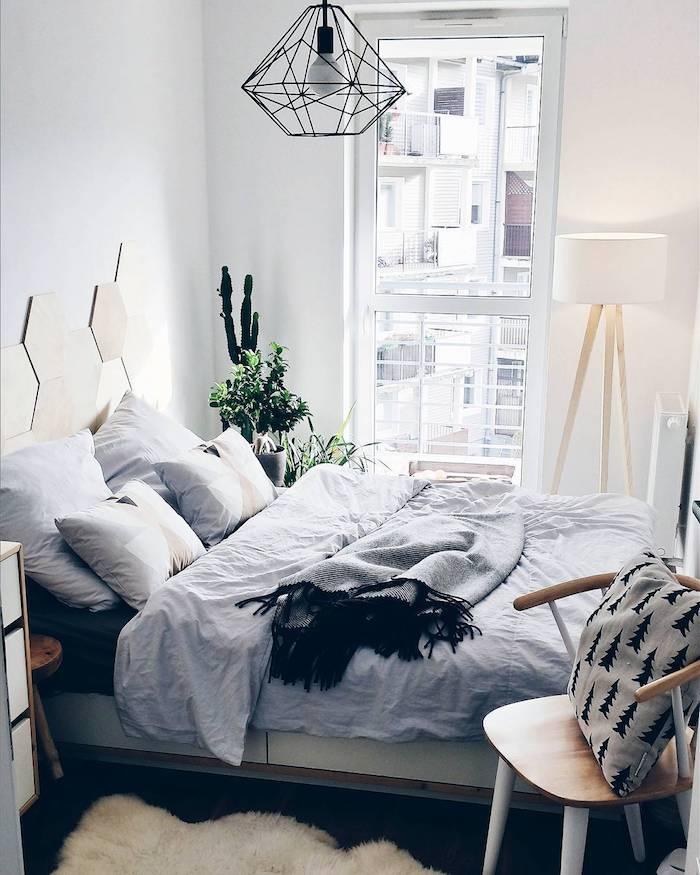 Lustre diamant ikea style, lit bien rangé, décoration chambre style scandinave, idée déco chambre adulte, la meilleure deco chambre moderne, chambre avec balcon