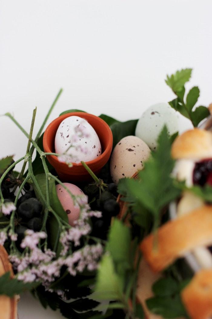 Ambiance rustique pour les oeufs colorés et décoratifs jolie photo oeuf de paques carte joyeuses pâques coloriage oeufs