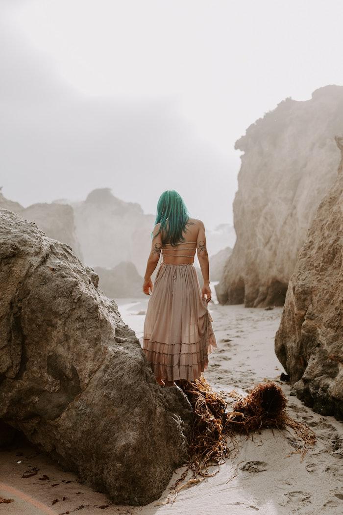 La magie de l'océan, photo sable et rochers, femme aux cheveux verts, image robe boheme longue, robe hippie chic dentelle style gitan