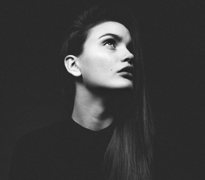 photographie visage et cheveux longs jeune femme en blanc et noir, comment porter les cheveux raides de côté