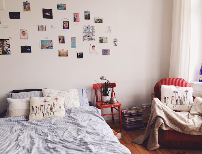 Simple chambre adulte, deco chambre moderne style hygge, détail rouge dans une chambre blanche, linge de lit blanc et bleu rayé