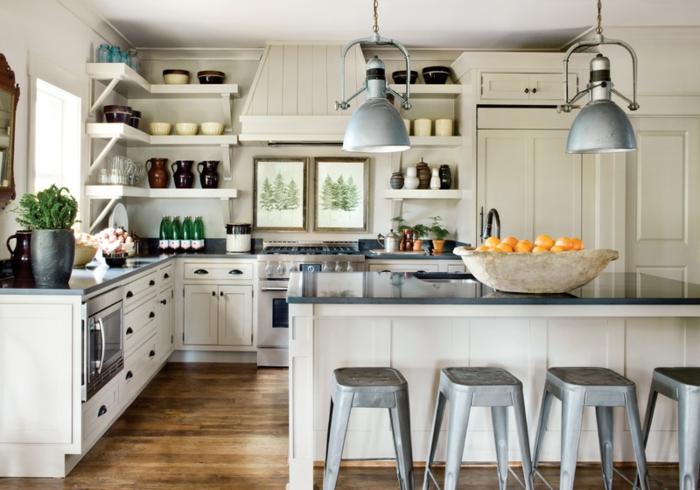 petite cuisine équipée, tabourets tolix gris, placards blancs, étagères murales, armoires de cuisine blanches, cuisine blanc et bois