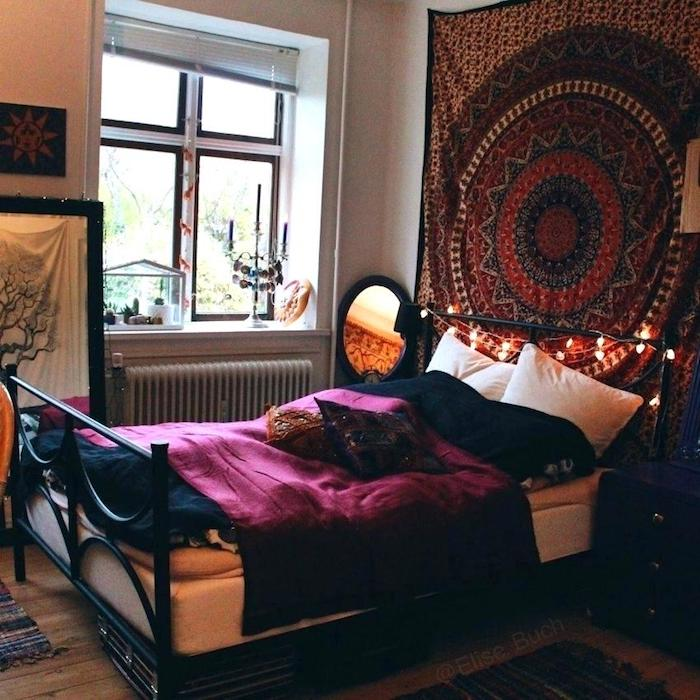 Originale décoration chambre à coucher tumblr inspiré, chambre adulte deco avec lit en fer double, écharpe décorative sur le mur