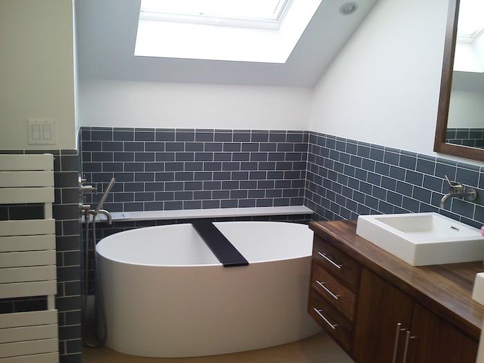 idee salle de bain en soubassement carrelage bleu de gris, baignoire blanche, meuble salle de bain bois marron avec vasque à poser