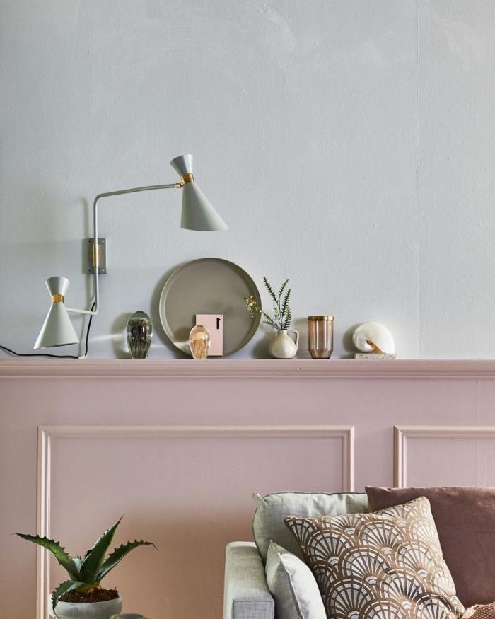 soubassement en boiserie décorative repeinte en rose qui offre auss un espace de rangement, idée tendance pour habiller un mur à la mi-hauteur