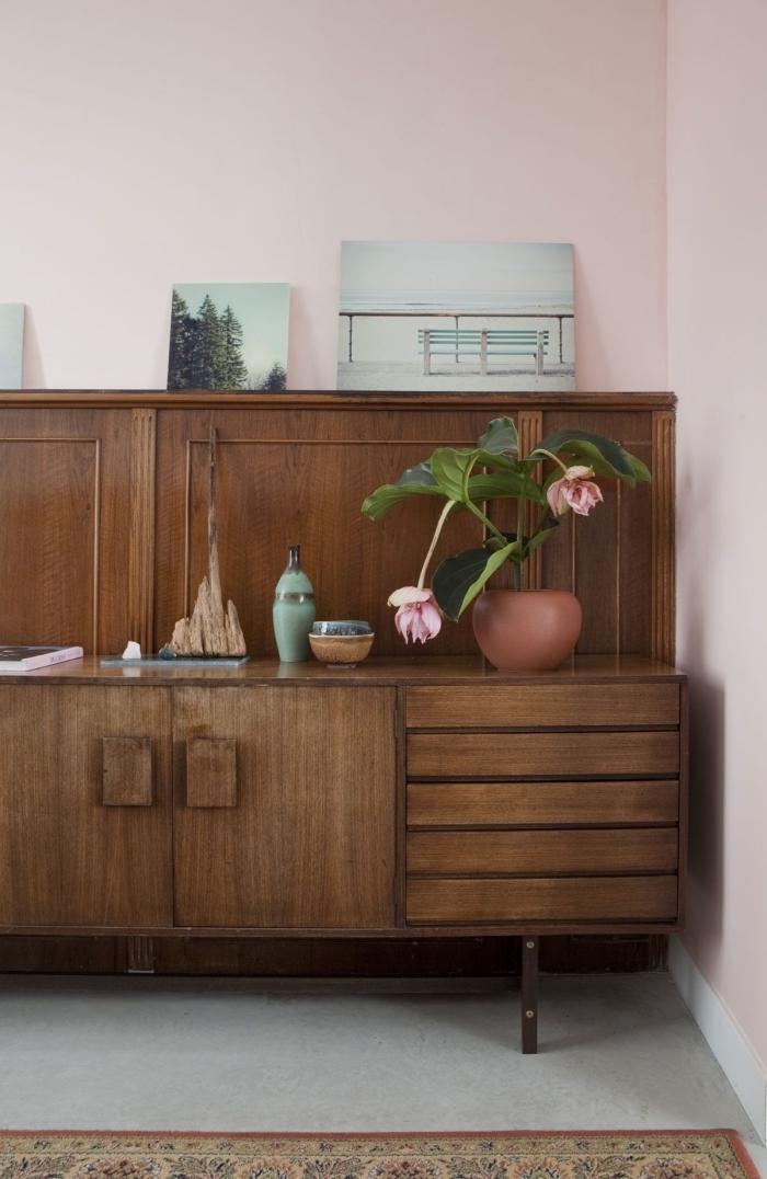 soubassement bois en panneau mural associé à une peinture murale rose pâle qui s'harmonise avec le décor vintage